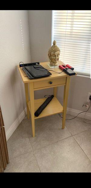 Tengo 2 buros de ikea color Amarillo for Sale in Las Vegas, NV