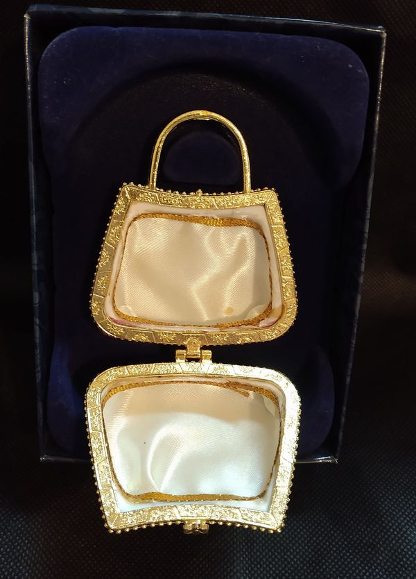 Porcelain purse, located in Newton KS