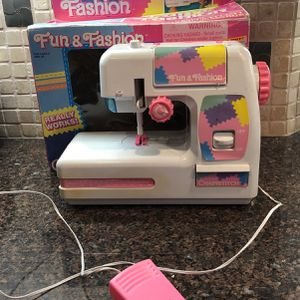 Fun & Fashion Deluxe Chainstitch Sewing Machine for Sale in Reedley, CA