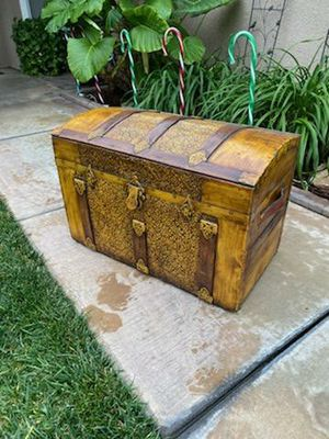 VINTAGE ANTIQUE CAMELBACK TRUNK W/ TRAY (CIRCA 1890'S) for Sale in Corona, CA