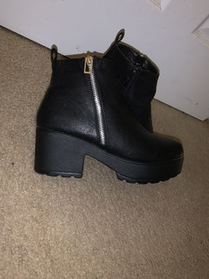 Short chunky heel boots size (8.5) for Sale in Rosedale, MD