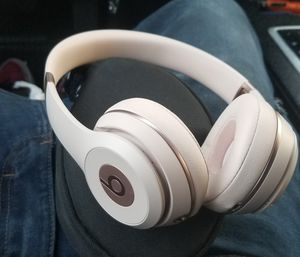 *NEW* Rose Gold Wireless Beat Solo 3's for Sale in Elk Grove, CA