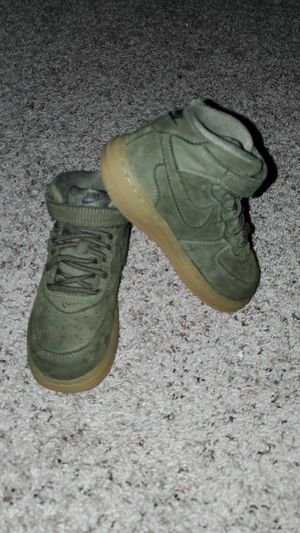 *SHIPS ONLY* NIKE AIR FORCE 1 MID LV8 SIZE 10C KIDS GREEN SUEDE HIGH TOP TENNIS SHOES for Sale in Houston, TX