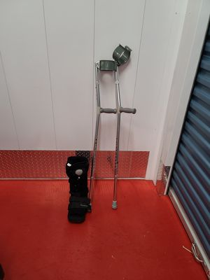 Free adult size boots and crutches for Sale in Boynton Beach, FL