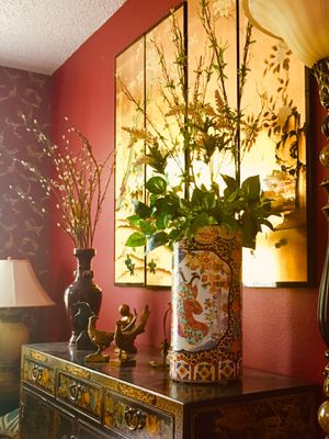 Beautiful Asian Vase with Artificial Flower Arrangement for Sale in Kissimmee, FL