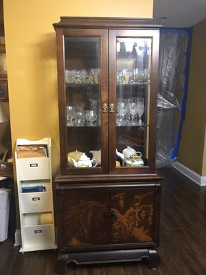 Antique Asian Style Chinoiserie Curio Cabinet by Broyhill glasses inside not included for Sale in Powder Springs, GA