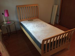 Twin platform bed for Sale in Manalapan Township, NJ