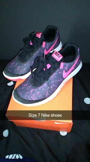 Size 7 Nike shoes in good shape asking $15 must pick up for Sale in Bakersfield, CA