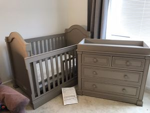 Downeast Sutton convertible Crib/Toddler Bed and convertible Changing Dresser for Sale in Washington, DC
