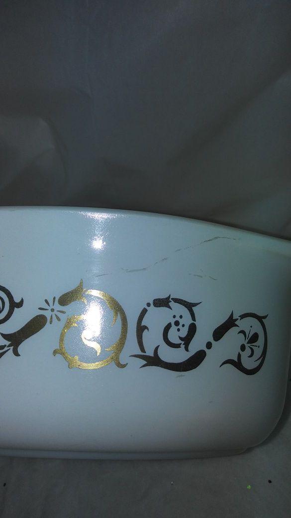 vintage Pyrex gold scroll design. 1.5 qt casserole dish