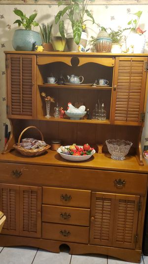 Early American Hutch. ( Decorative items not included) for Sale in Newburgh, IN