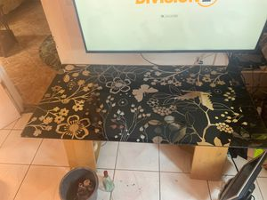 Glass table with flower design. for Sale in Carson, CA