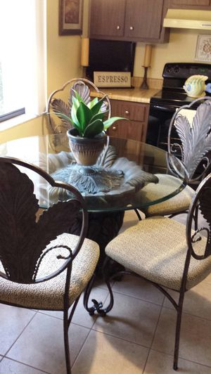 Dining room table with 4 chairs for Sale in Orlando, FL
