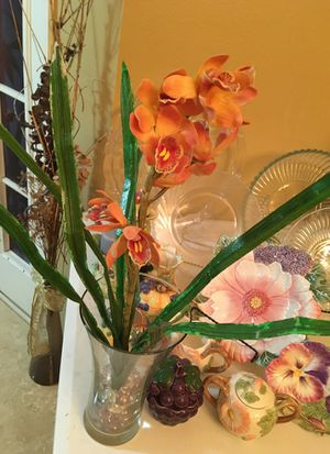 Crystal nice vases with pretty fake plants. You can put real ones. Vase is unique for Sale in Kissimmee, FL