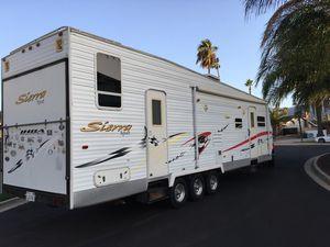 Sierra sport toy hauler 2006 31 ft trailer for Sale in Corona, CA