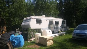 Jayco 5th wheel camper with pop out kitchen an living room for Sale in Indianapolis, IN
