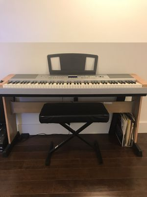 Keyboard Yamaha with chair for Sale in Miami, FL