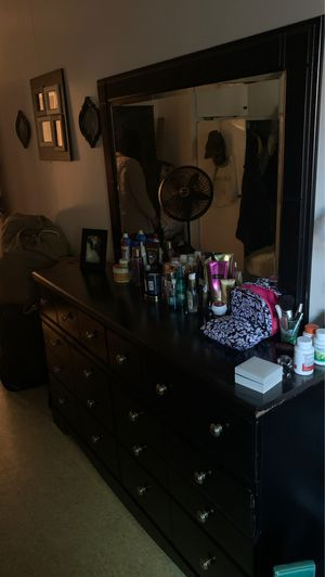 Bedroom dresser with big mirror ( moving out sale ) for Sale in Queens, NY
