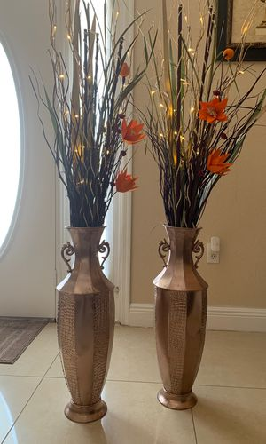 Vase with flowers and light for Sale in Kissimmee, FL