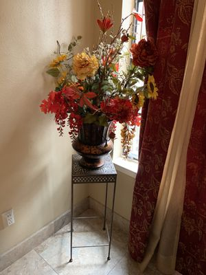 Flower vase and table for Sale in Houston, TX