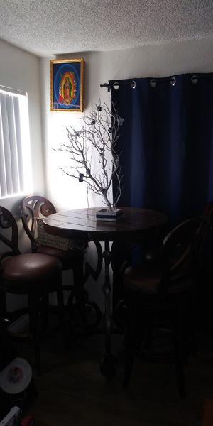 Mesa con cuatro cillas bonita for Sale in Newhall, CA