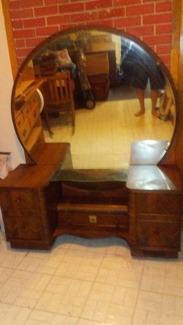 Vintage Vanity/5 Drawer Dresser