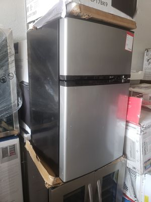 Mini fridge nevera neverita frigobar freezer mini fridge for Sale in Miami, FL