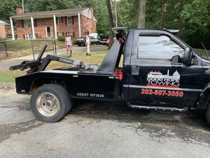 Ford f450 wheel lift tow truck 2000 v10 gas truck for Sale in Oxon Hill, MD