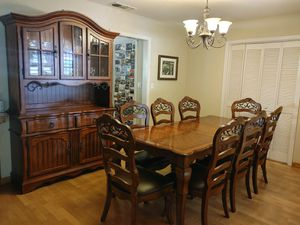 Beautiful dining set and hutch for Sale in Clovis, CA