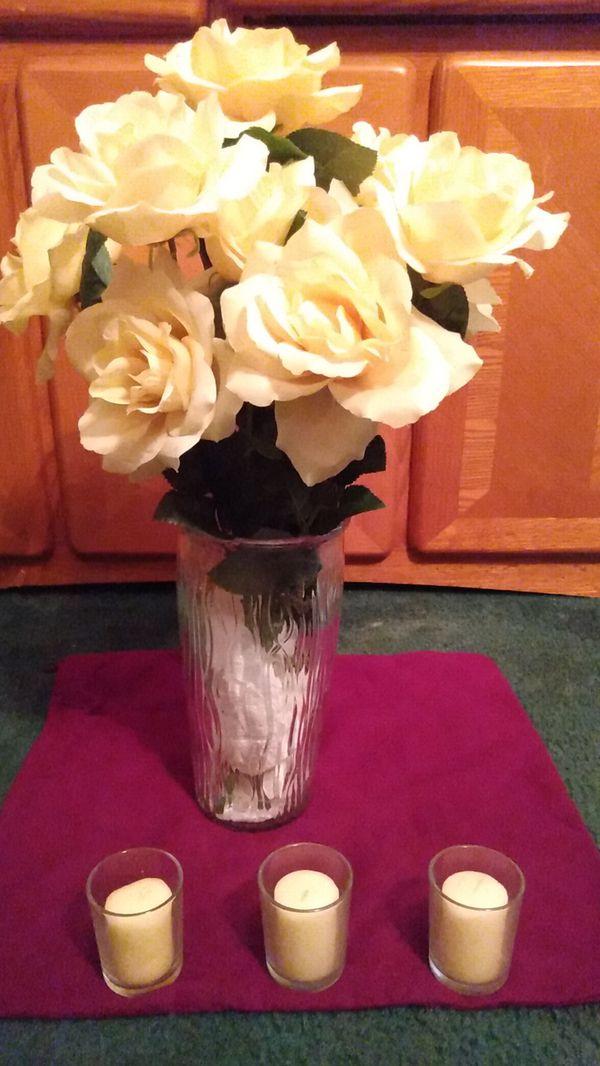😀 $10 set beautiful Spring/ Summer color artificial yellow flowers in a clear glass vase Includes (3) vanilla scented candles.