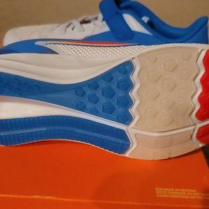 zapato Nike blancos con azul a $30 size 3y y 6y rojos size 2y for Sale in Leesburg, VA