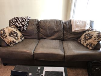 MOVING SOON......Couch 4 yrs old for Sale in Brentwood,  TN