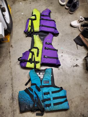 Water sport life vests in great condition, no tears all size L / XL for Sale in San Clemente, CA