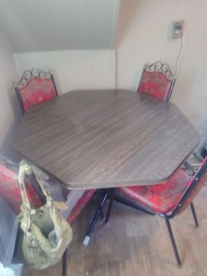 Kitchen and Chairs for Sale in Harpers Ferry, WV