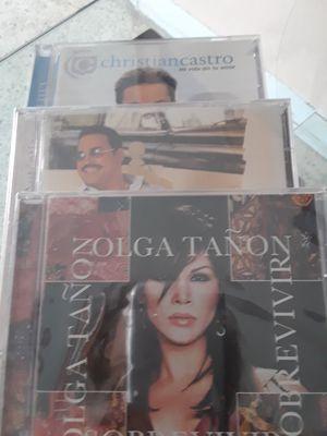 40 CD diferentes cantantes famosos tiene poco uso for Sale in Miami, FL