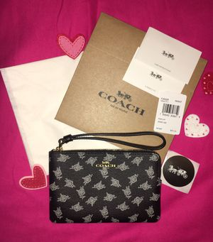NWT COACH CALICO PEONY BLACK WITH WHITE FLOWERS CORNER ZIP WRISTLET COMES WITH COACH BOX COACH TISSUE COACH STICKER for Sale in Miami, FL