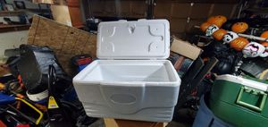 Coleman cooler with 4 cup holder on top of the lid. for Sale in Federal Way, WA
