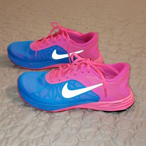 WOMAN'S NIKE SIZE 7 IN EXCELLENT CONDITION for Sale in El Paso, TX