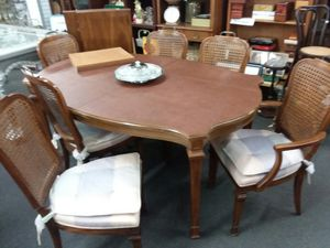 Kitchen table set, 2 captain, 4 standard, table pads /2 leaves.. 64x44x30tall.. for Sale in Joliet, IL