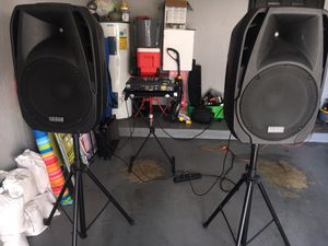 DJ Equipment portable mixer two 15 inch built in amps speakers.....2000 WATTS....NO AMP NEEDED BUILT IN THE SPEAKERS...$1500....obo for Sale in Miramar, FL