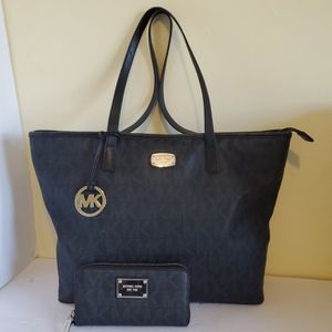 Like New! Lg Michael kors Tote and wallet set for Sale in Fort Lauderdale, FL