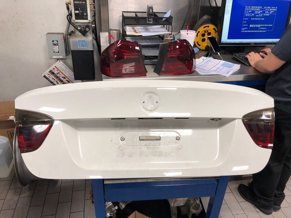 Trunk lid off of a 2006 e90 BMW **comes with tail lights**