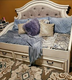 Realyn Chipped White Twin Daybed /Bed for Sale in Round Rock,  TX