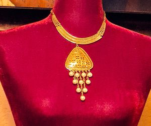 Beautiful pearl tangling necklace Gold color for Sale in El Paso, TX