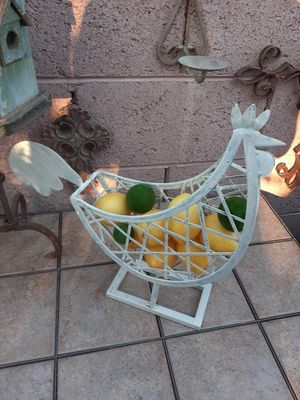 CUTE METAL ROOSTER FARMHOUSE DECOR STYLE (FRUIT NOT INCLUDED) for Sale in Phoenix, AZ