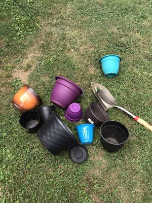 Mix of plastic flower pots/planters, various sizes for Sale in Nashville, TN