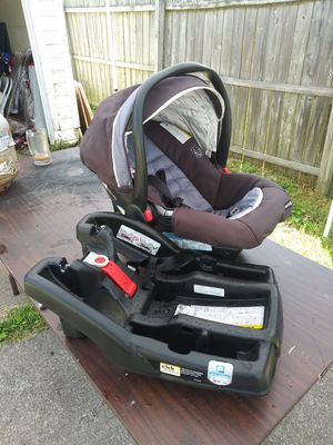 GRACO SNUGRIDE CLICK CONNECT CAR SEAT WITH BASE - EXPIRES 5/17/22 - EXCELLENT CONDITION for Sale in Lorain, OH