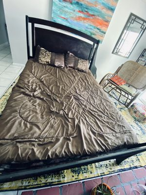 Queen bed with dresser and night stand for Sale in Las Vegas, NV
