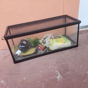 snake tank ( pecera para pets) for Sale in Hialeah, FL