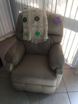 Small recliner chair for Sale in Cocoa, FL
